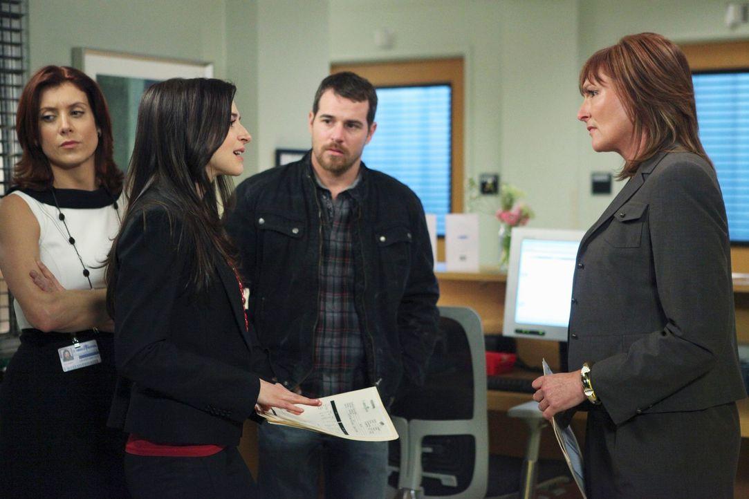 Als Eddie Lindy (Derek Phillips, 2.v.r.) die berühmte Neurochirurgin Dr. Ginsberg (Nora Dunn, r.) mit ihrem Team ins St. Ambrose holt, um das Leben... - Bildquelle: ABC Studios