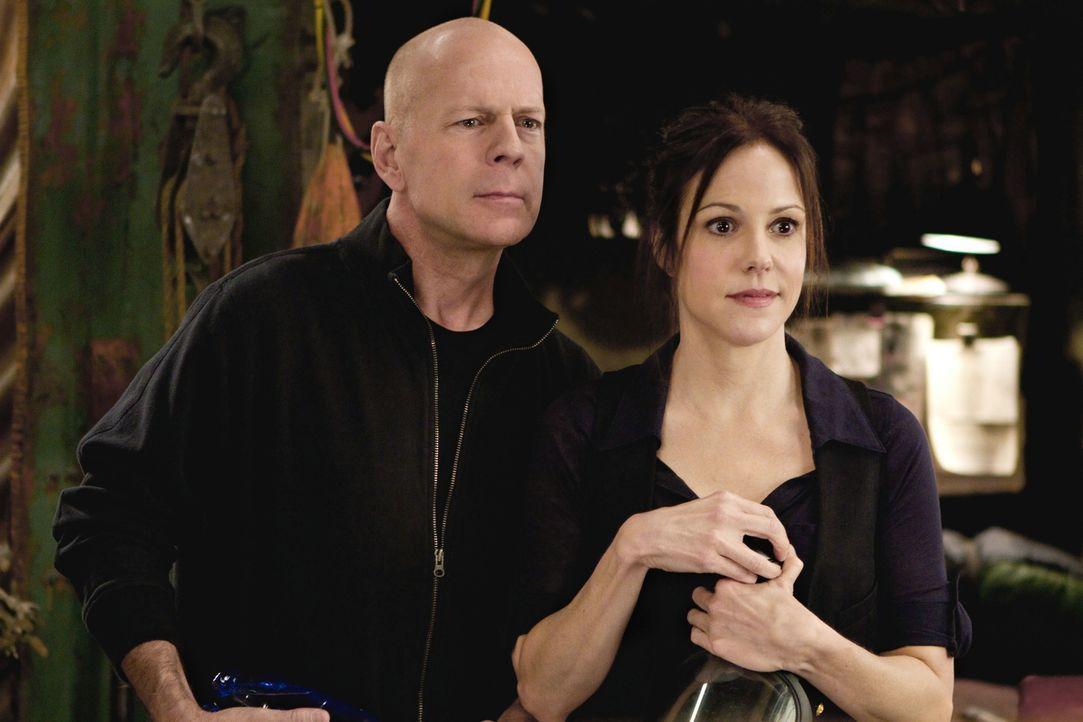 Zuerst kann Sarah (Mary-Louise Parker, r.) der haarsträubenden Geschichte, die Frank (Bruce Willis, l.) ihr erzählt, keinen Glauben schenken. Doch d... - Bildquelle: 2010 Concorde Filmverleih GmbH