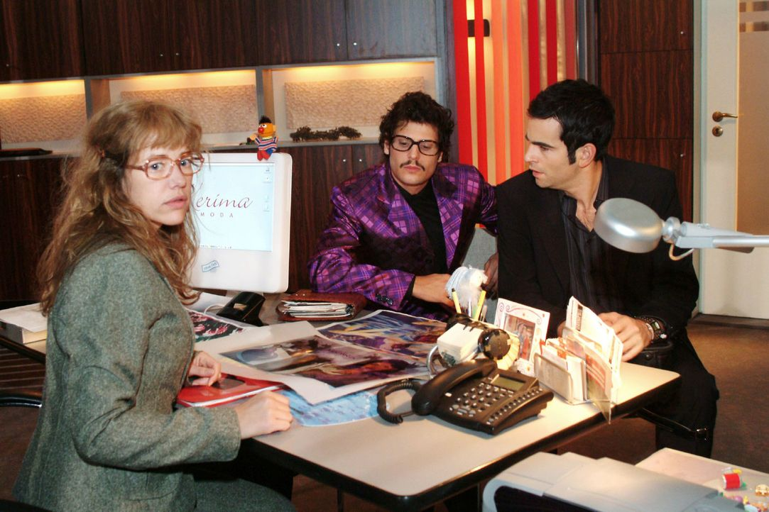 David (Mathis Künzler, r.) ist schockiert, dass Rokko (Manuel Cortez, M.) und Lisa (Alexandra Neldel, l.) die Parfümkampagne ohne Mariellas Namen st... - Bildquelle: Monika Schürle Sat.1