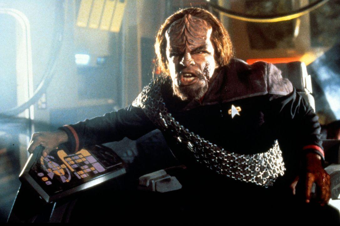 Worf (Michael Dorn) kämpft verbissen um sein Leben, während Cochrane un Riker in einem Wettlauf mit der Zeit den ersten Warp-Flug vorbereiten. Denn... - Bildquelle: Paramount Pictures