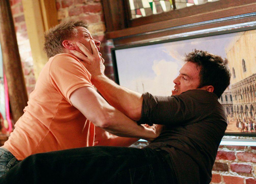 In der Wisteria Lane geht es turbulent zu: Zwischen Tom (Doug Savant, l.) und Rick (Jason Gedrick, r.) kommt es zu einem Handgemenge, da Ricks Resta... - Bildquelle: ABC Studios