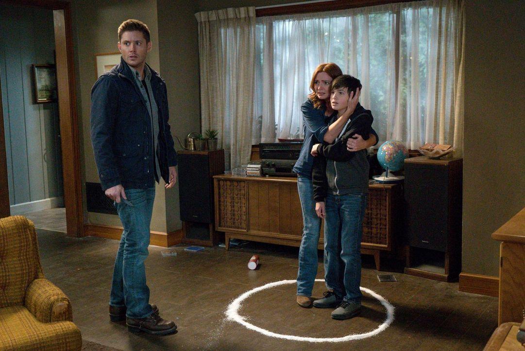 Noch ahnt Dean (Jensen Ackles, l.) nicht, dass schon bald auch Rita Johnson (Brigid Brannagh, M.) und ihr Sohn Max (Logan Williams, r.) in Gefahr sc... - Bildquelle: 2014 Warner Brothers