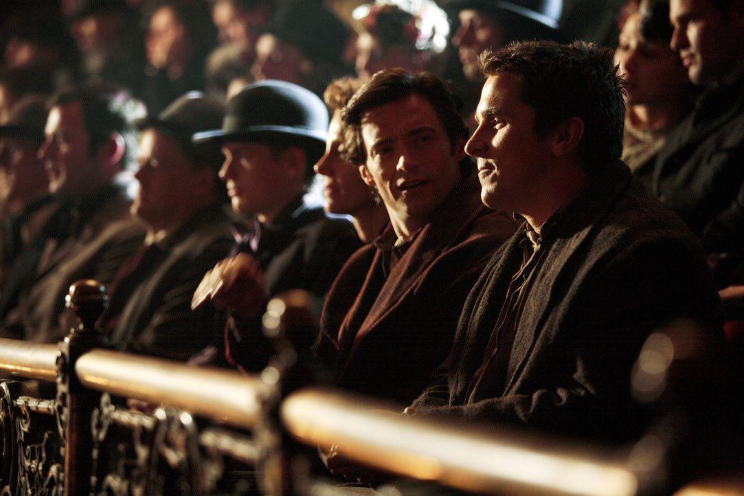Die Zauberer Robert Angier (Hugh Jackman, 2.v.r.) und Alfred Borden (Christian Bale, r.) befinden sich zunächst in einem freundschaftlicher Wettstre... - Bildquelle: Warner Television
