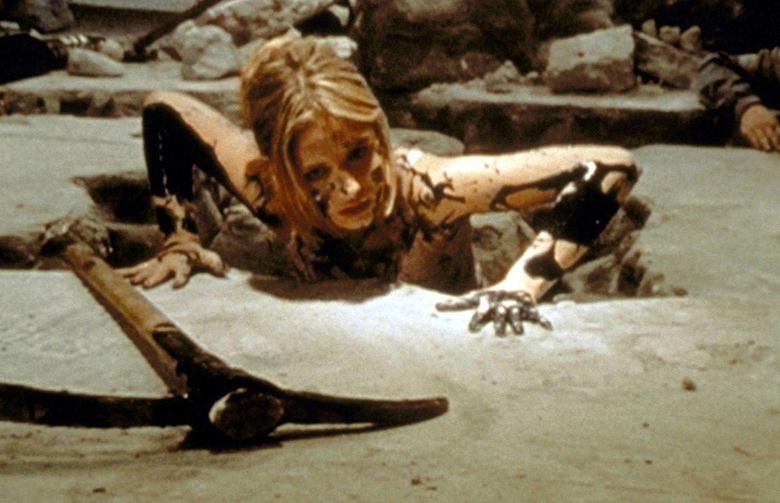 Buffy (Sarah Michelle Gellar) flieht vor den Dämonen. - Bildquelle: TM +   2000 Twentieth Century Fox Film Corporation. All Rights Reserved.