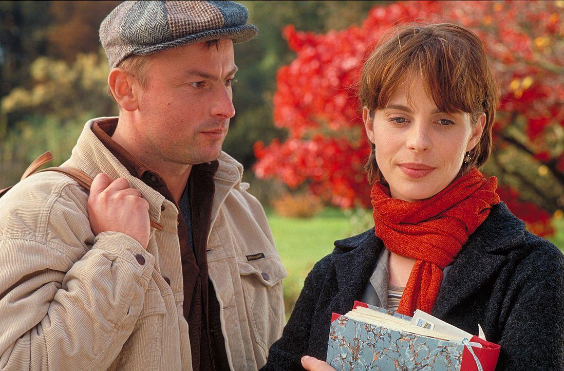Als Valerie (Julia Jäger, r.) Blumen von einem Ex - inklusive Heiratsantrag - erhält, glaubt sie, ihr sehnsüchtigster Traum sei in greifbare Nähe ge... - Bildquelle: ProSieben