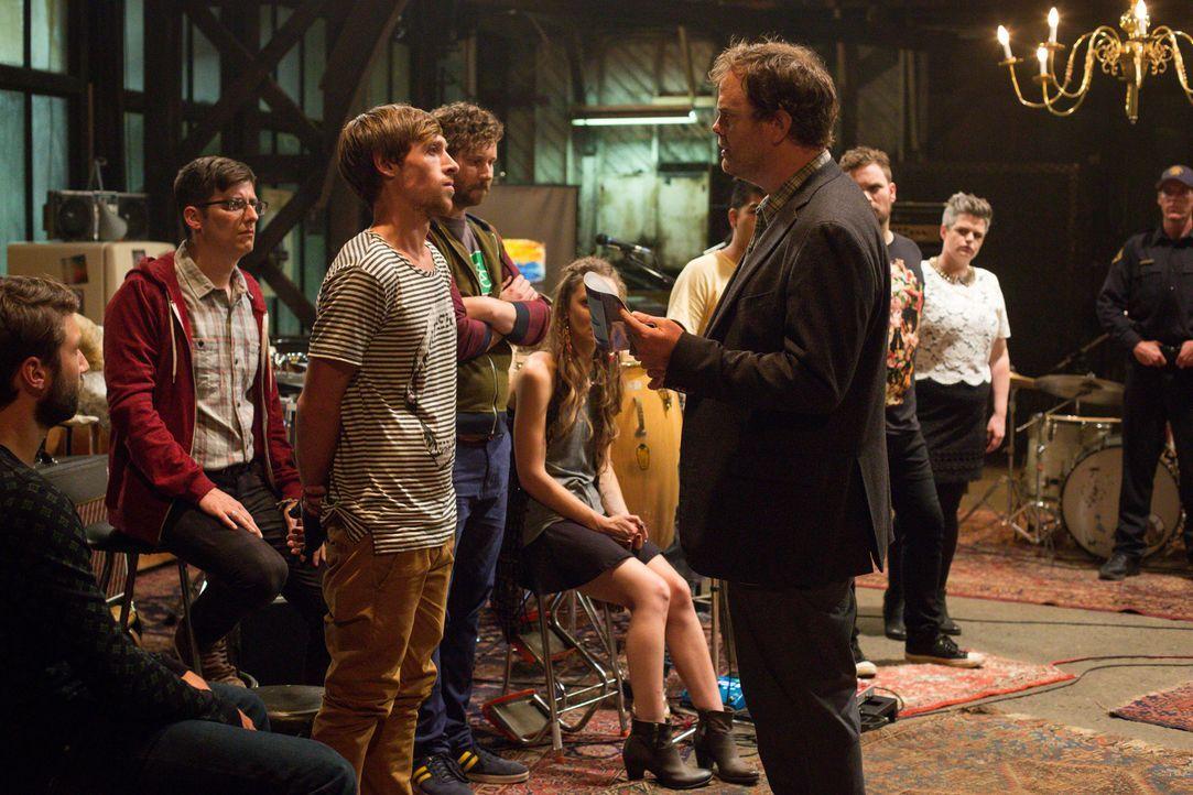Was weiß der Rest des Festival-Ensembles über den Tod des Künstlers? Backstrom (Rainn Wilson, vorne r.) befragt die kreativen Köpfe ... - Bildquelle: 2015 Fox and its related entities. All rights reserved.