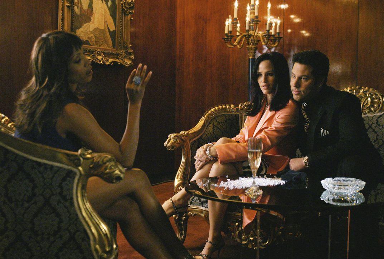 Eric (Greg Grunberg, r.) und Sydney (Jennifer Garner, M.) versuchen Toni Cummings (Vivica A. Fox, l.) um ihre Mithilfe zu überreden ... - Bildquelle: Touchstone Television