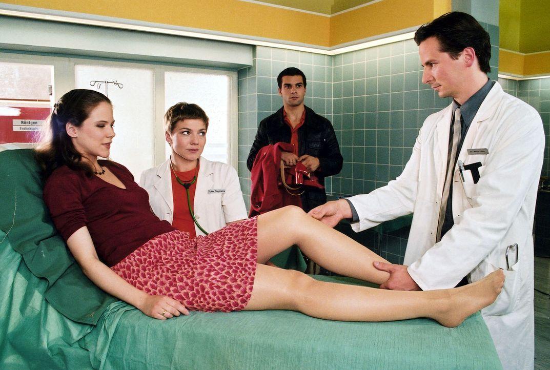 Juliane (Katy Lindner, l.) und Toni Frank (Kai Schumann, 2.v.r.) erwarten Zwillinge. Doch Juliane möchte die Schwangerschaft abbrechen. Schwester St... - Bildquelle: Noreen Flynn Sat.1