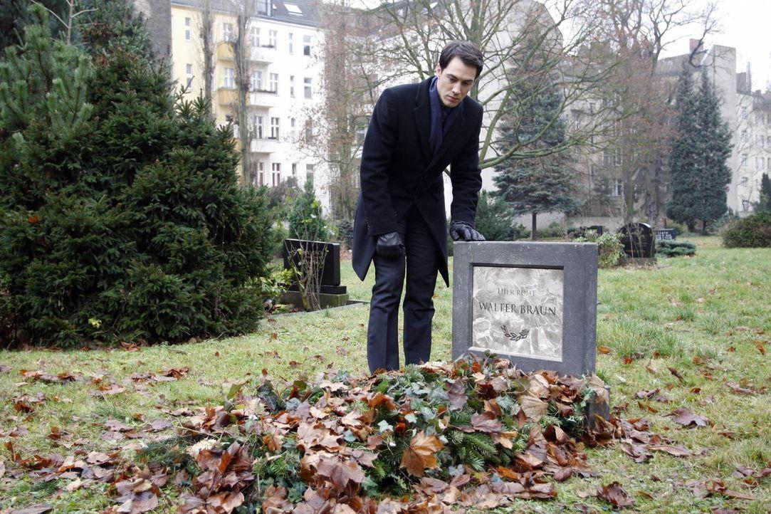 Besucht das Grab seines Vaters: Mark Braun (Arne Stephan) ... - Bildquelle: SAT.1