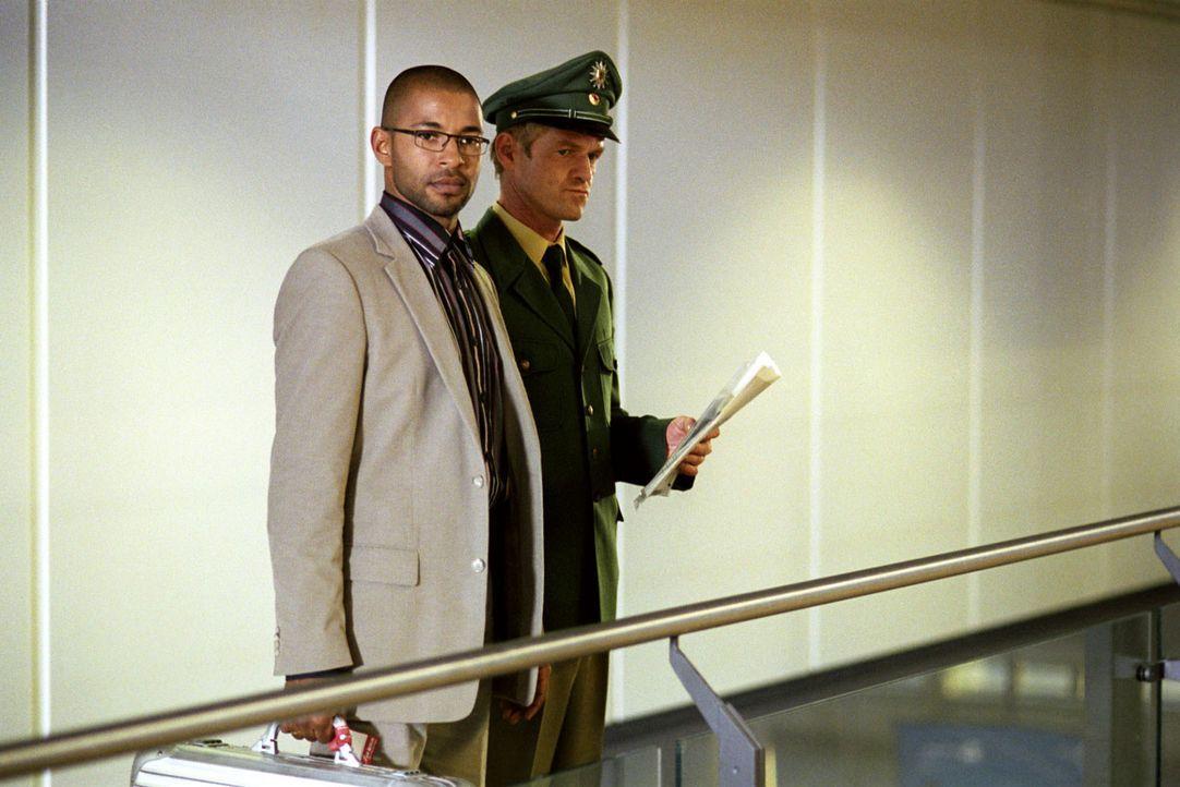 Koofi (Tyron Ricketts, l.) wird zum Flugzeug, das ihn nach Ghana bringen soll, abgeführt ... - Bildquelle: Sat.1