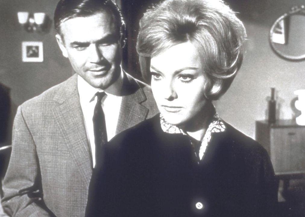 Jack Tarling (Joachim Fuchsberger, l.) glaubt, dass die Sekretärin Anne (Sabina Sesselmann, r.) der Schlüssel zu den Morden im Drogenmilieu ist ... - Bildquelle: Goldstone Film Enterprises