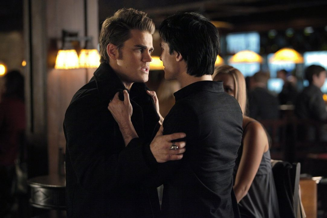 Damon (Ian Somerhalder, r.) versucht, sich wieder mit Stefan (Paul Wesley, l.) zu versöhnen und mit ihm gemeinsam neue Morde aufzuklären. Doch Stefa... - Bildquelle: Warner Brothers