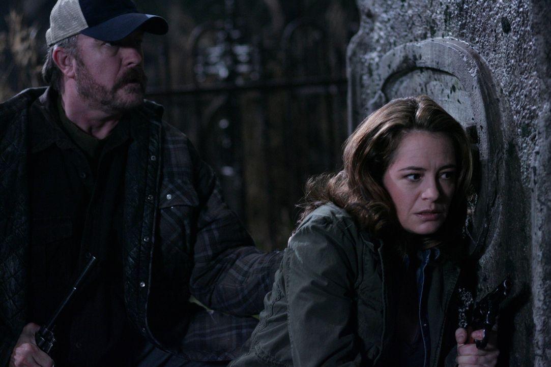 Können sie mit Hilfe der Brüder die Dämonen besiegen? Bobby (Jim Beaver, l.) und Ellen (Samantha Ferris, r.) ... - Bildquelle: Warner Bros. Television