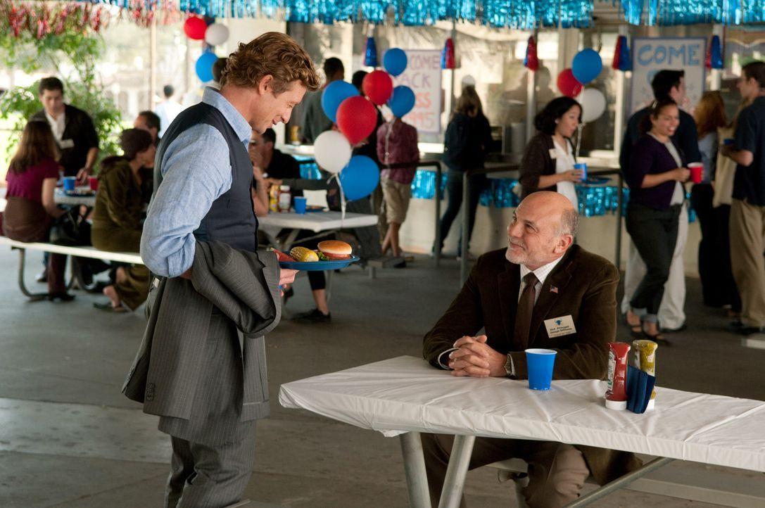 Patrick (Simon Baker, l.) ermittelt in einem neuen Mordfall und erhofft sich von Vice Principal DeSouza (Carmen Argenziano, r.) Hinweise zu bekommen... - Bildquelle: Warner Bros. Television