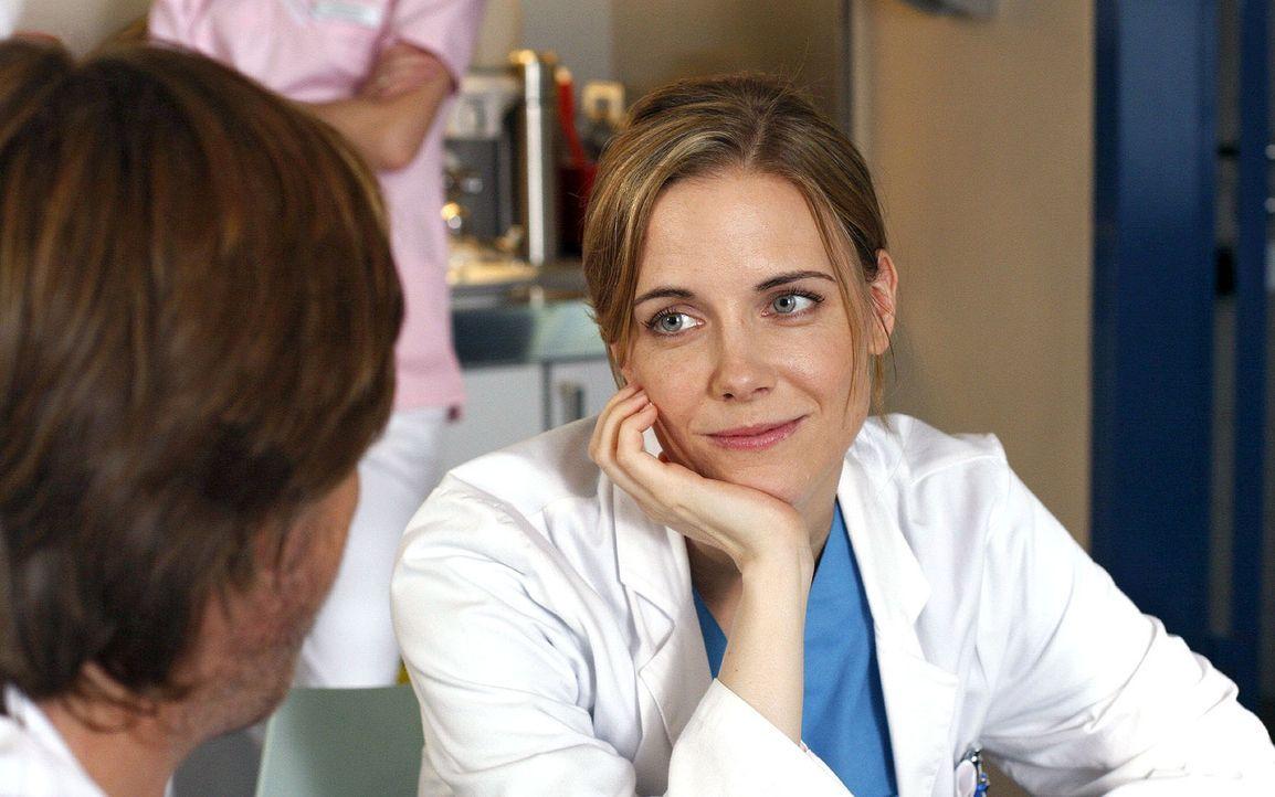 Luisa (Jana Voosen, r.) und Christian (Tobias Kay, l.) sprechen über die neuesten Gerüchte ... - Bildquelle: Noreen Flynn Sat.1