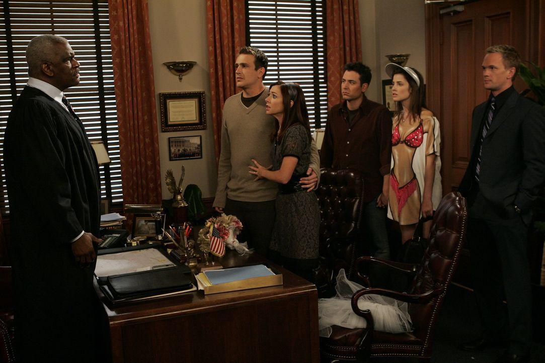 Jetzt wo Marshall (Jason Segel, 2.v.l.) und Lily (Alyson Hannigan, 3.v.l..) wieder zusammen sind, wollen sie auch gleich heiraten - allerdings nur i... - Bildquelle: 20th Century Fox International Television