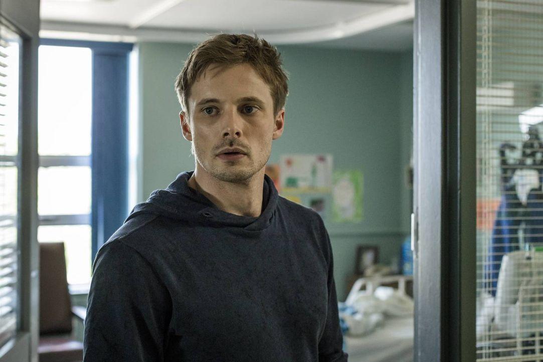 Eigentlich hatte Damien (Bradley James) gehofft, im Veteranenkrankenhaus Hilfe von einem befreundeten Psychiater zu bekommen, doch dann trifft er au... - Bildquelle: Jan Thijs 2016 A&E Television Network, LLC. All rights reserved.