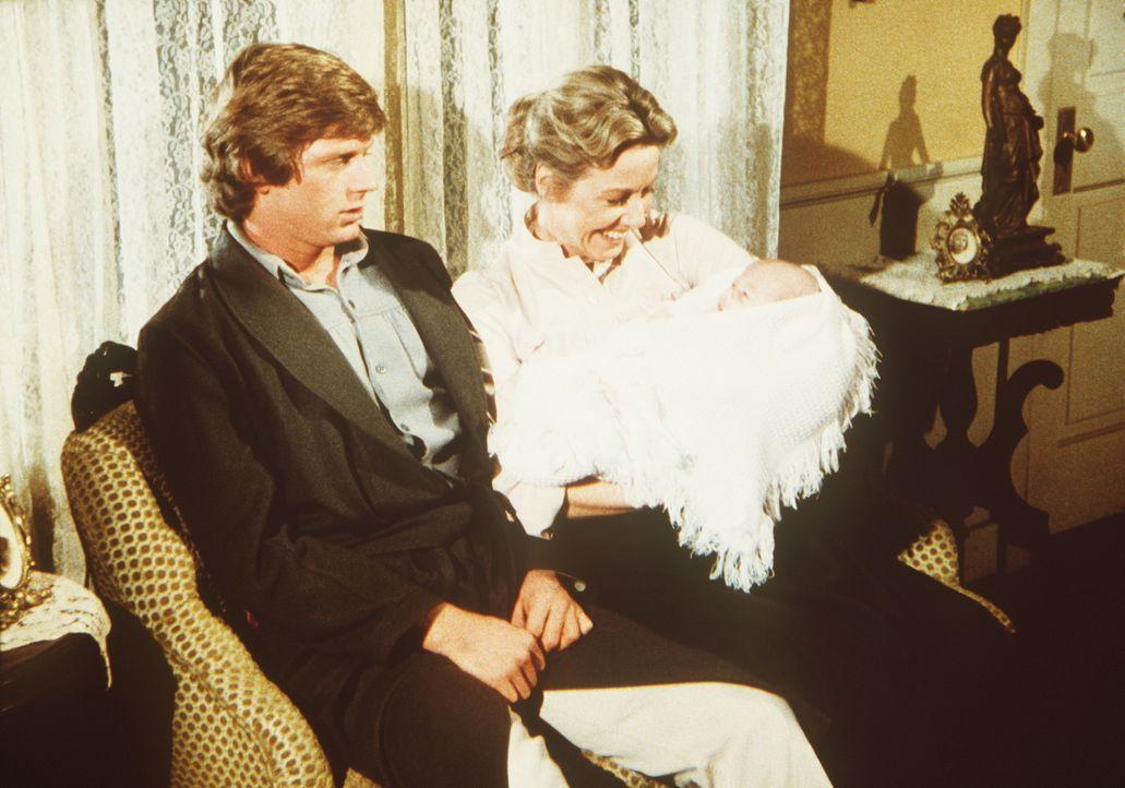 Caroline (Karen Grassle, r.) zeigt ihrem Schwiegersohn (Dean Butler, l.) seine neugeborene Tochter Rose, aber er kann sich nicht recht freuen. - Bildquelle: Worldvision
