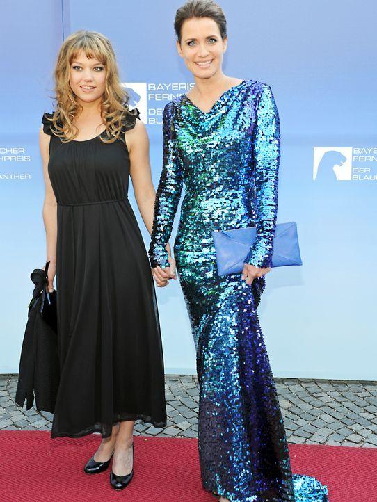 Bayerischer-Fernsehpreis-2012-Britta-Hammelstein-Anja-Kling-12-05-04-dpa - Bildquelle: dpa