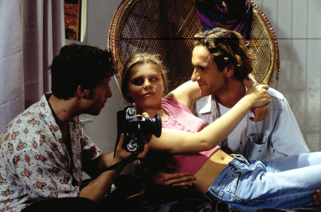 Natalie (Anne Sophie Briest, M.) lässt sich von Nico (Falk-Willy Wild, r.) überreden, dem Fotografen (Oliver Korittke, l.) Modell zu sitzen. Als s... - Bildquelle: Sat.1