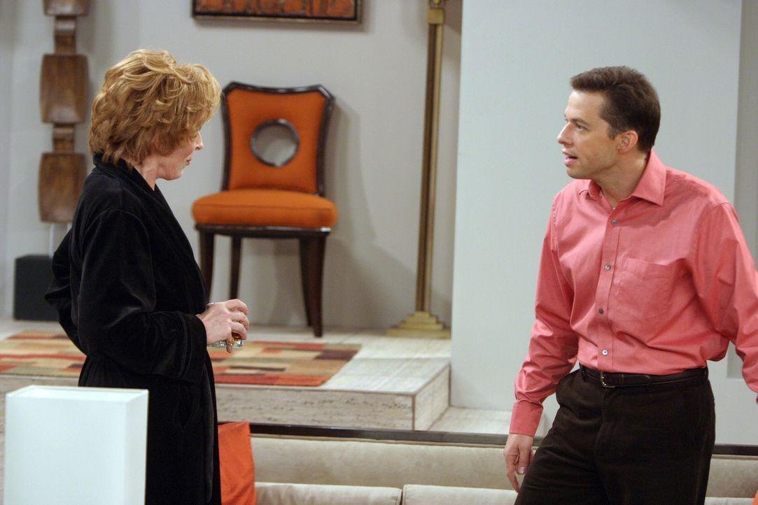 Evelyn (Holland Taylor, l.) bittet Alan (Jon Cryer, r.) und Charlie eine große Party für sie zu veranstalten ... - Bildquelle: Warner Bros. Television
