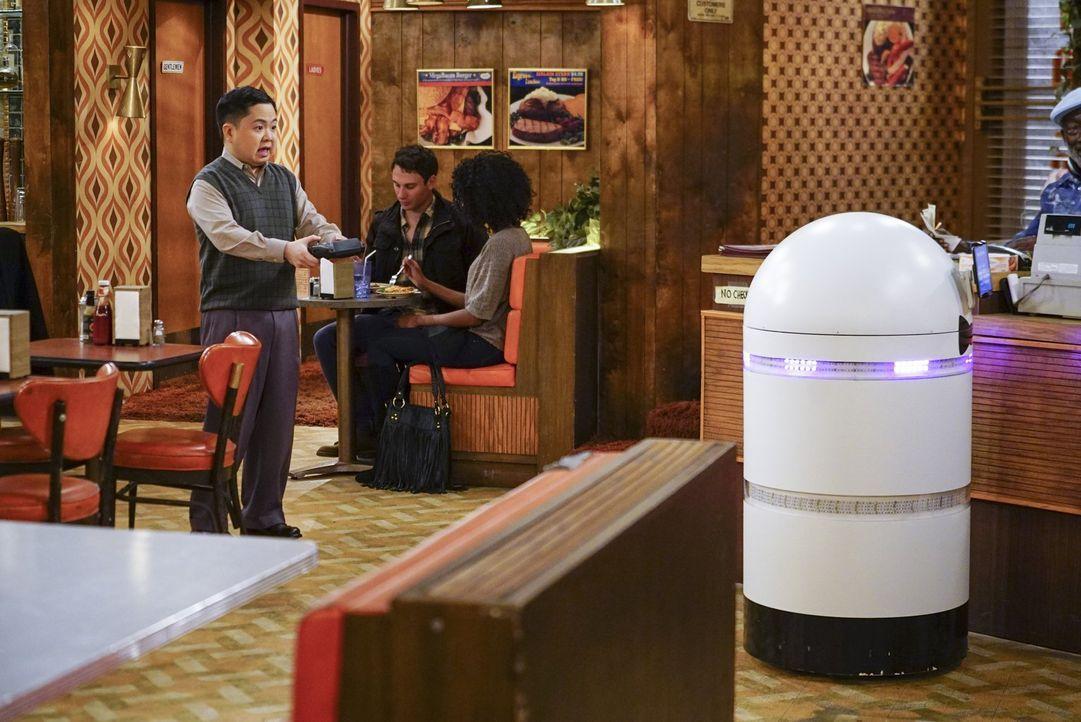 Han (Matthew Moy, l.) besorgt sich ein neues Spielzeug für das Diner, doch der Roboter scheint seinen eigenen Kopf zu haben ... - Bildquelle: Warner Bros. Television
