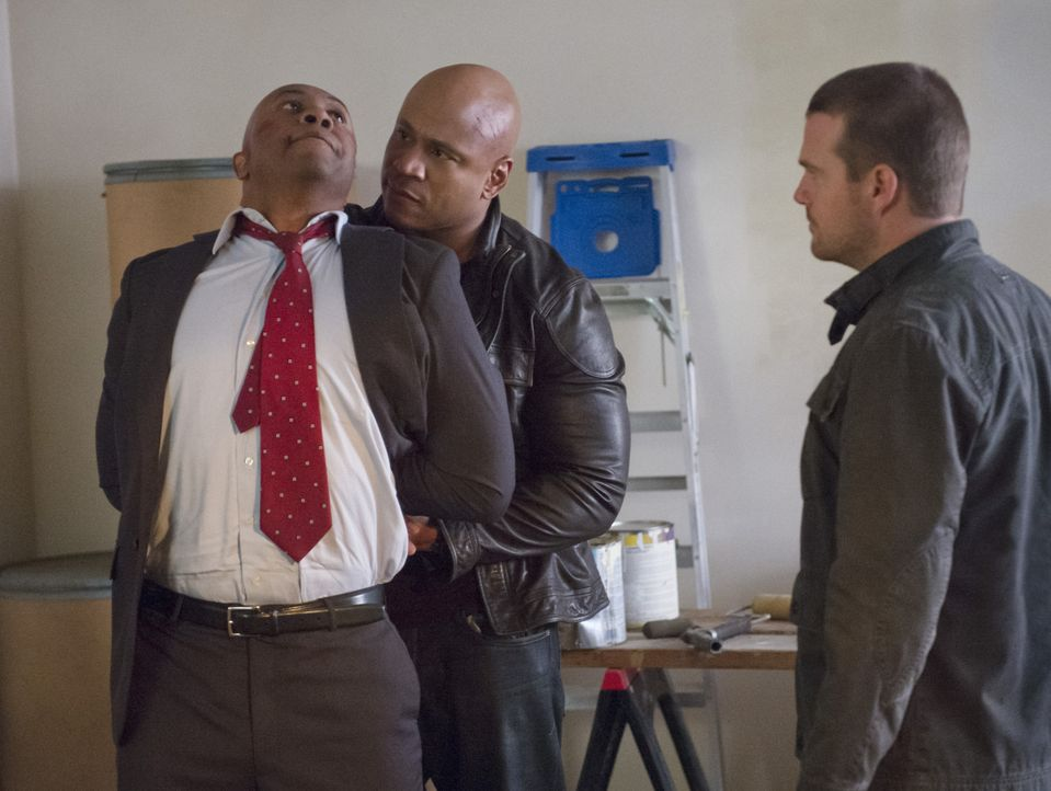 Was weiß Agent John Stone (Derek Webster, l.)? Sam (LL Cool J, M.) und Callen (Chris O'Donnell, r.) trauen ihm nicht über den Weg ... - Bildquelle: CBS Studios Inc. All Rights Reserved.