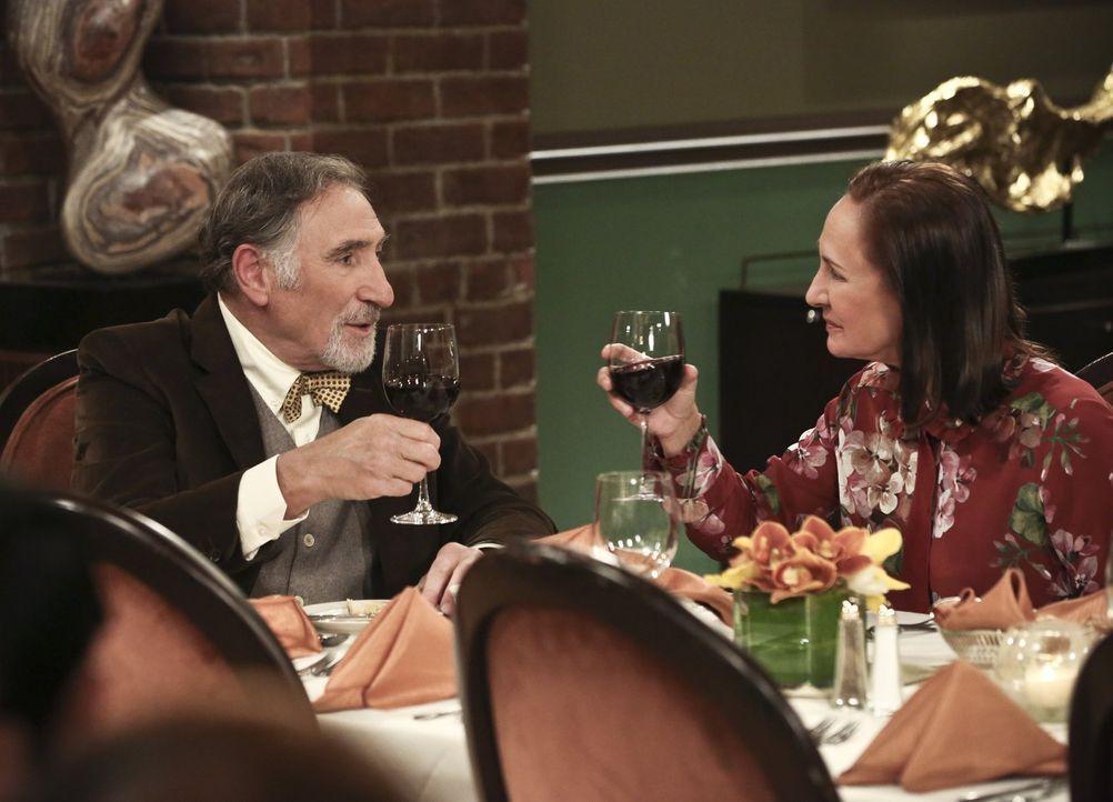 Leonard und Penny beschließen, ihre Hochzeit mit Freunden und der Familie nachzufeiern. Es gibt nur ein Problem: Leonards Mutter Beverly versteht si... - Bildquelle: 2016 Warner Brothers