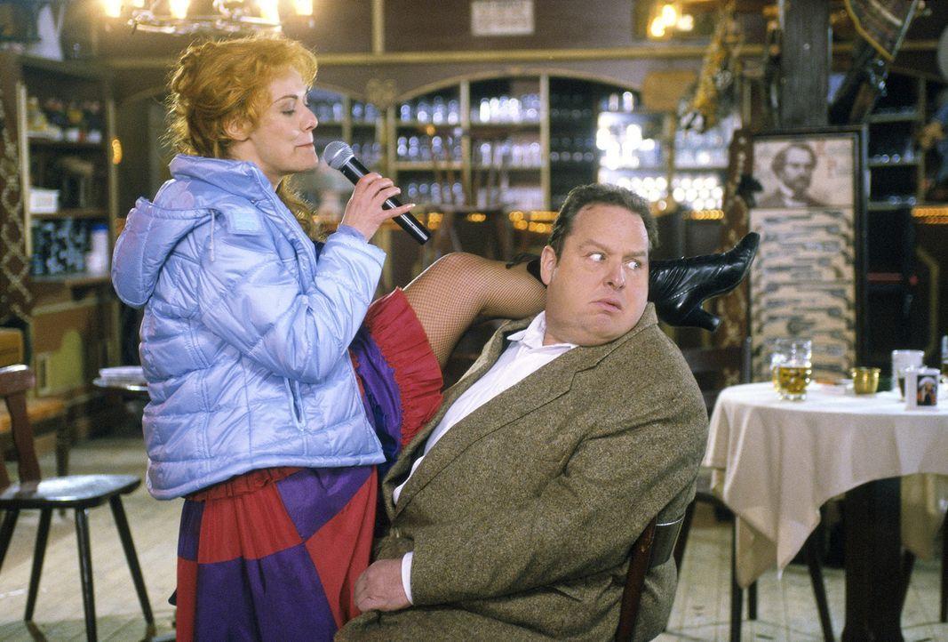 Sängerin Lisa Hartl (Stephanie Brenner, l.) bringt Benno (Ottfried Fischer, r.) in Verlegenheit. - Bildquelle: Magdalena Mate Sat.1