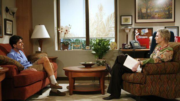 Charlie (Charlie Sheen, r.) schüttet sein Herz bei seiner Therapeutin Dr. Fre...