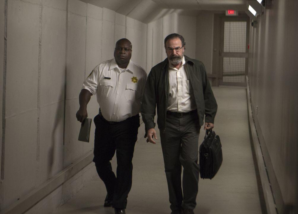 Saul (Mandy Patinkin, r.) besucht Aileen in ihrer Einzelhaft. In der Hoffnung, sie könne zielführende Informationen über den Anschlag liefern. Do... - Bildquelle: 20th Century Fox International Television