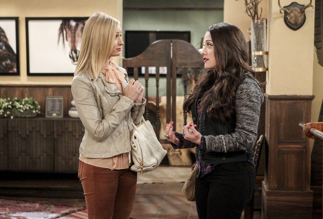 Angekommen in Texas suchen Caroline (Beth Behrs, l.) und Max (Kat Dennings, r.) nach einem Weg, zu Randy ans Filmset zu kommen ... - Bildquelle: Warner Bros. Television
