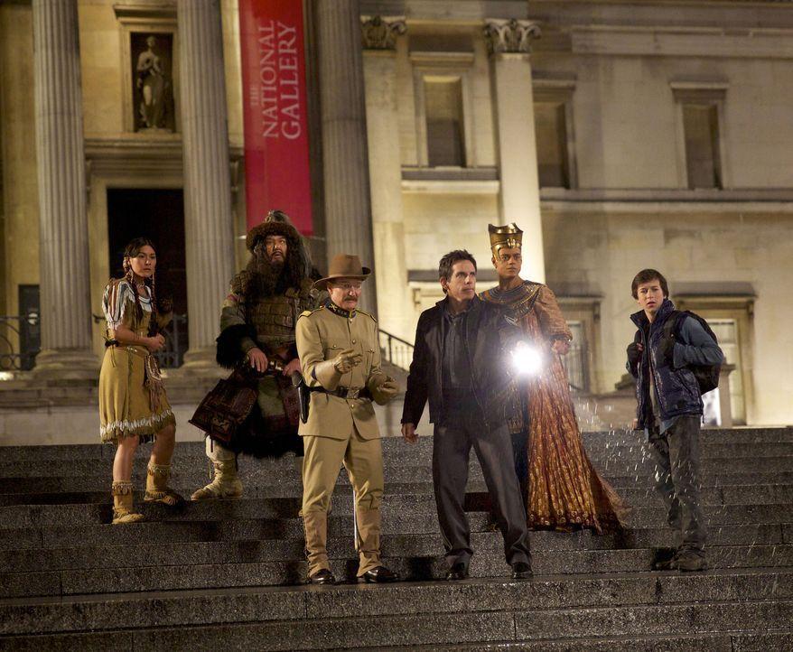 Larry (Ben Stiller, vorne r.), Sohn Nick (Jake Cherry, r.) und Teddy (Robin Williams, vorne l.) samt verzauberter Museumsbewohner werden bei der Suc... - Bildquelle: 2014 Twentieth Century Fox Film Corporation.  All rights reserved.