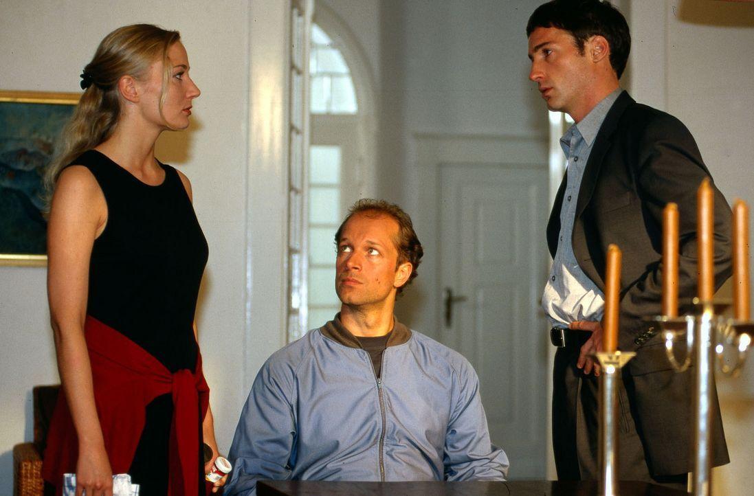 Victor (Jochen Horst, M.) wird Zeuge eines Streits zwischen seiner Schwägerin Maria (Janine Kunze, l.) und seinem Partner Lars (Benjamin Sadler, r.)... - Bildquelle: Spitz Sat.1