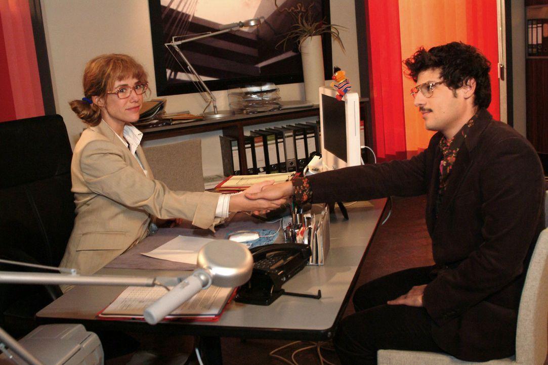 Lisa (Alexandra Neldel, l.) trifft mit Rokko (Manuel Cortez, r.) eine Abmachung ... (Dieses Foto von Alexandra Neldel darf nur in Zusammenhang mit d... - Bildquelle: Monika Schürle Sat.1