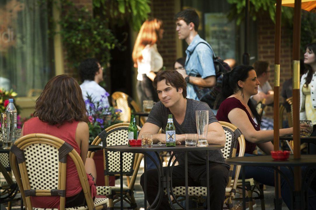 Immer, wenn Damon (Ian Somerhalder, r.) Bonnie (Kat Graham, l.) ansieht, wird ihm schmerzlich bewusst, dass Elena nicht mehr da ist. Aber wird er da... - Bildquelle: Warner Bros. Entertainment, Inc.