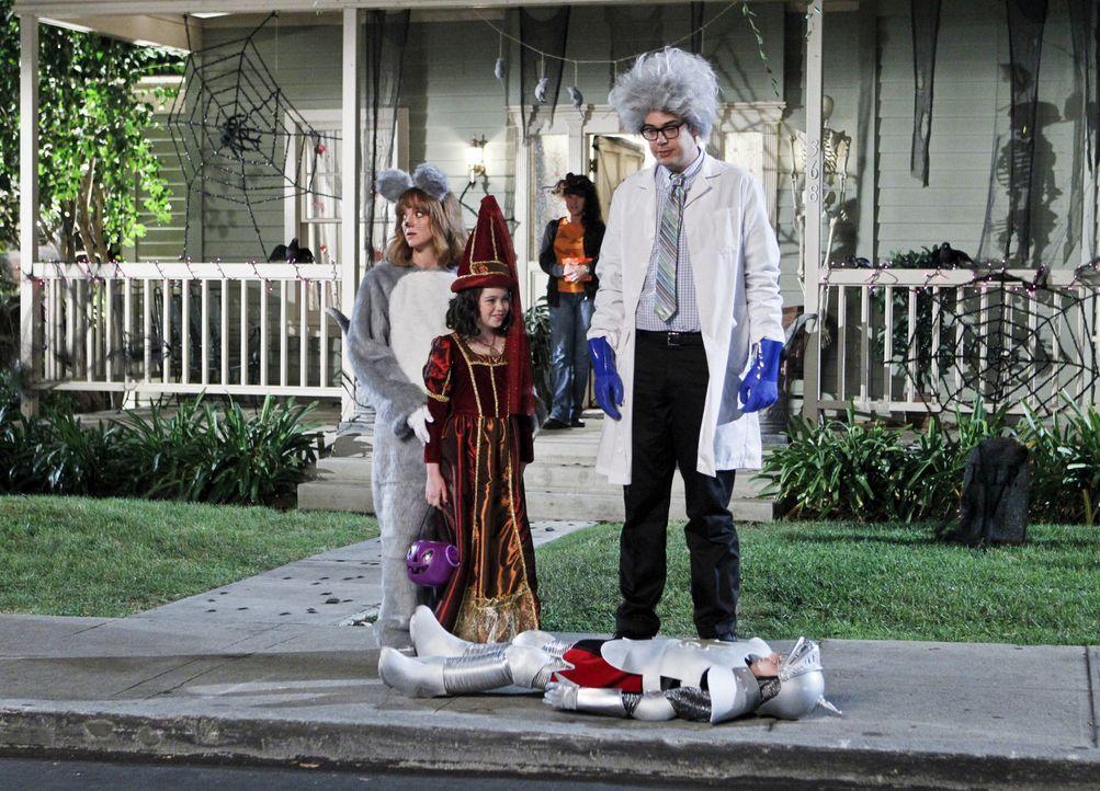 Debbie (Jayma Mays, l.), Mikayla (Eve Moon, M.) und Adam (Nelson Franklin, r.) wollten eigentlich nur Halloween feiern, doch dann wartet eine böse... - Bildquelle: 2013 CBS Broadcasting, Inc. All Rights Reserved.