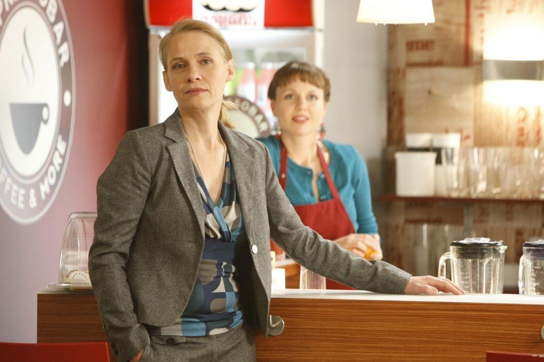 Gerade noch rechtzeitig kann Bea (Nadja Becker, r.) ihre Freundin Danni vor der Verwaltungschefin Frau Bose (Alexandra von Schwerin, l.) warnen ... - Bildquelle: Frank Dicks SAT.1