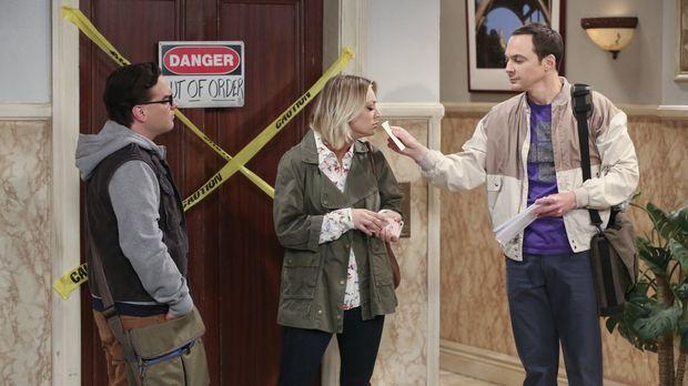 Während Sheldon (Jim Parsons, r.) Penny (Kaley Cuoco, M.) und Leonard (Johnny...