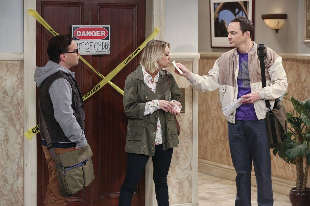 Während Sheldon (Jim Parsons, r.) Penny (Kaley Cuoco, M.) und Leonard (Johnny Galecki, l.) über wichtige Details des Postrechts aufklärt, ahnt er ni... - Bildquelle: 2015 Warner Brothers