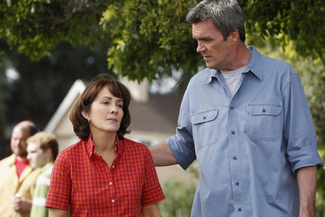 Als sie erfahren, dass Axl wieder mit der herrischen Morgan zusammen ist, sind Frankie (Patrica Heaton, l.) und Mike (Neil Flynn, r.) nicht besonder... - Bildquelle: Warner Brothers