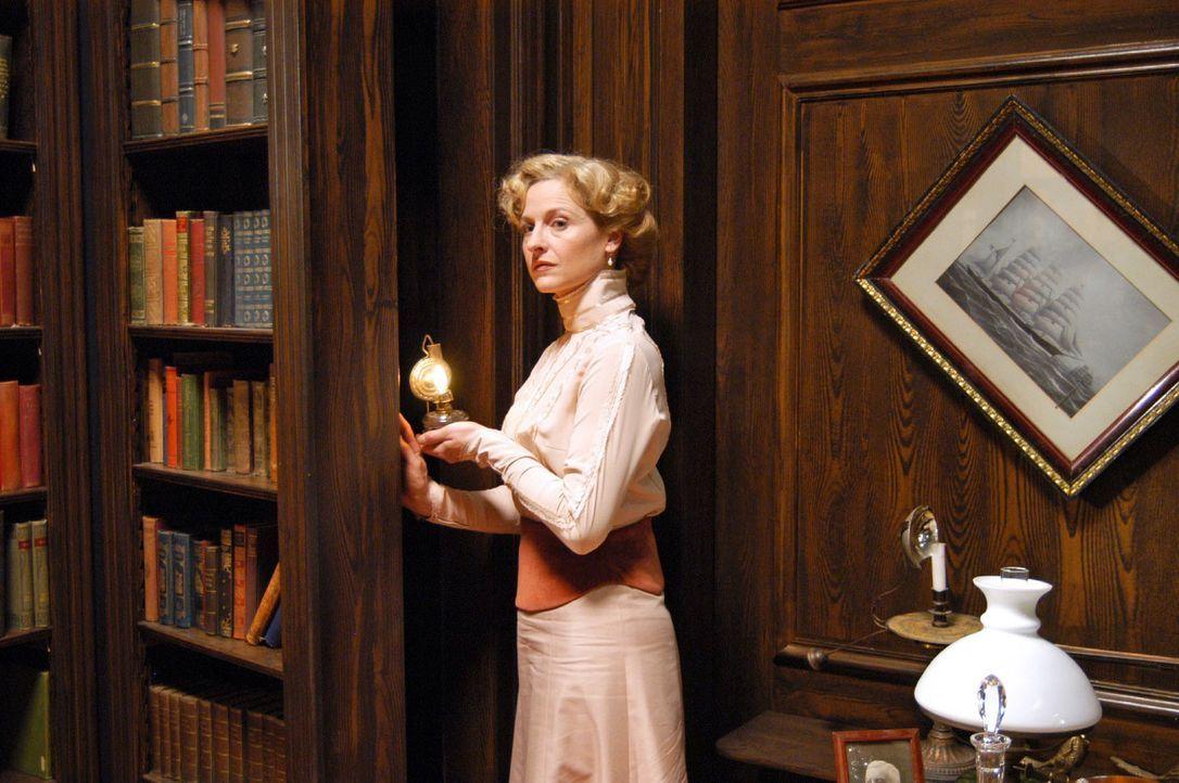 Charlotte Gravenhorst (Mignon Remé) betritt einen Geheimgang. - Bildquelle: Aki Pfeiffer Sat.1