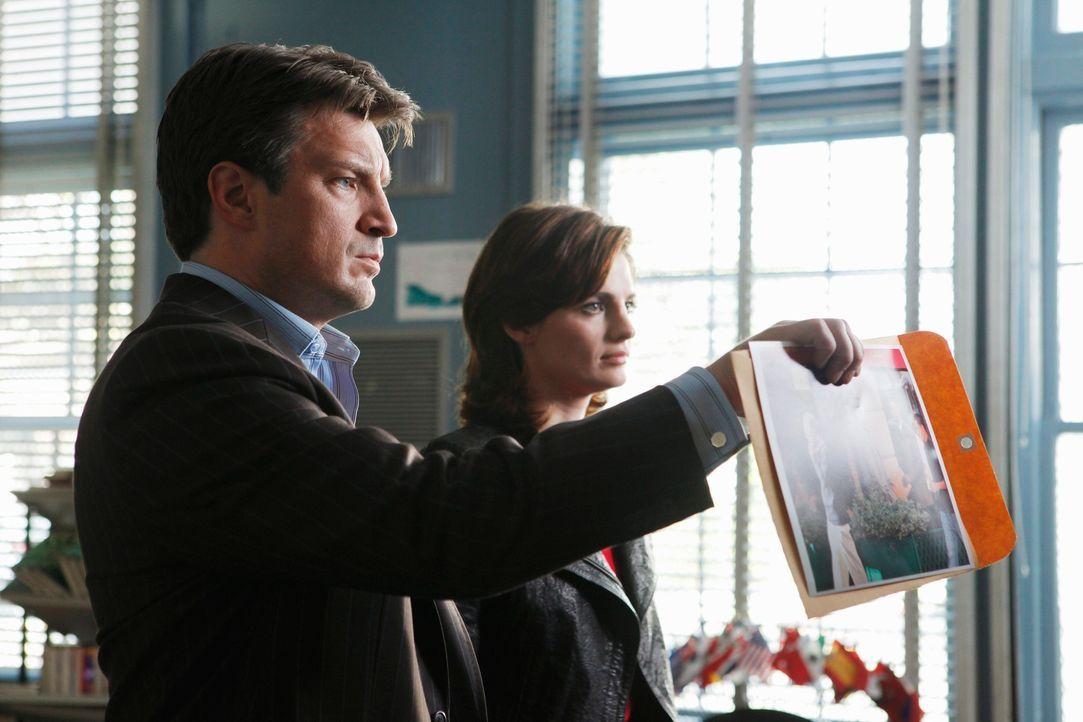 Castle (Nathan Fillion, l.) und Beckett (Stana Katic, r.) halten dem Lehrer David Ramsey einen erdrückenden Beweis dafür vor, dass er sie angelogen... - Bildquelle: ABC Studios