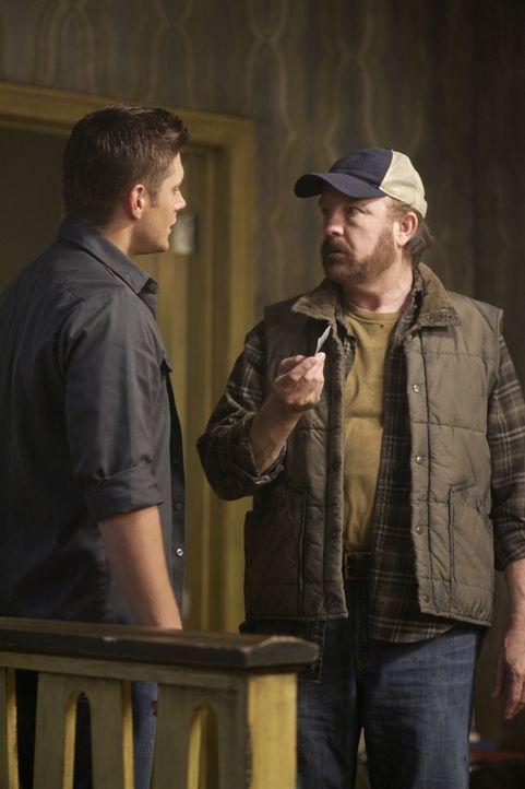 Im Kampf gegen das Übernatürliche: Bobby (Jim Beaver, r.) und Dean (Jensen Ackles, l.) ... - Bildquelle: Warner Bros. Television