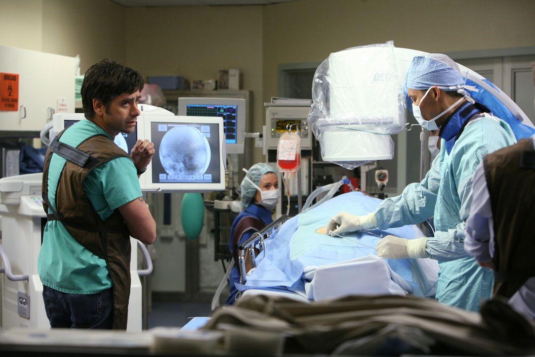 Tony (John Stamos, l.) wird zu einer wichtigen Operation gerufen. Kann er sich mit der Chirurgie wirklich anfreunden? - Bildquelle: Warner Bros. Television