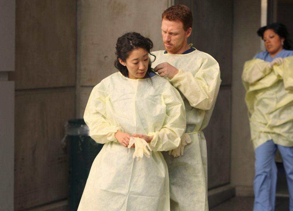 Kommen sich langsam näher: Owen (Kevin McKidd, r.) und Cristina (Sandra Oh, l.) ... - Bildquelle: Touchstone Television