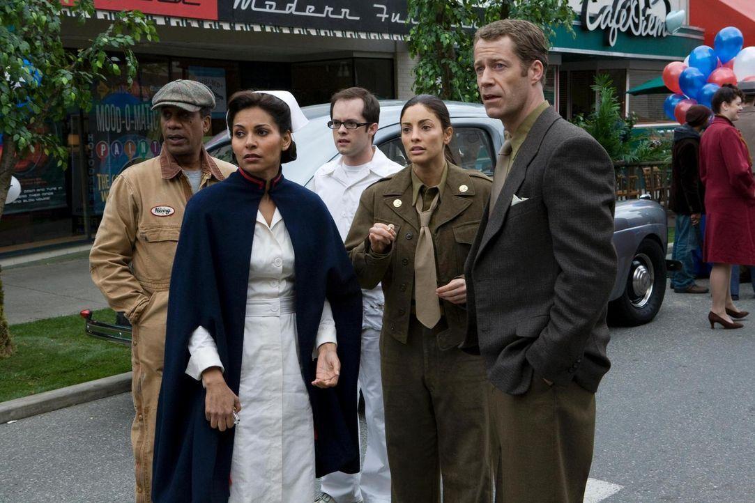 In Eureka soll der Gründertag gefeiert werden. Doch plötzlich finden sich Jack (Colin Ferguson, r.), Allison (Salli Richardson-Whitfield, 2.v.l.), J... - Bildquelle: Universal Television