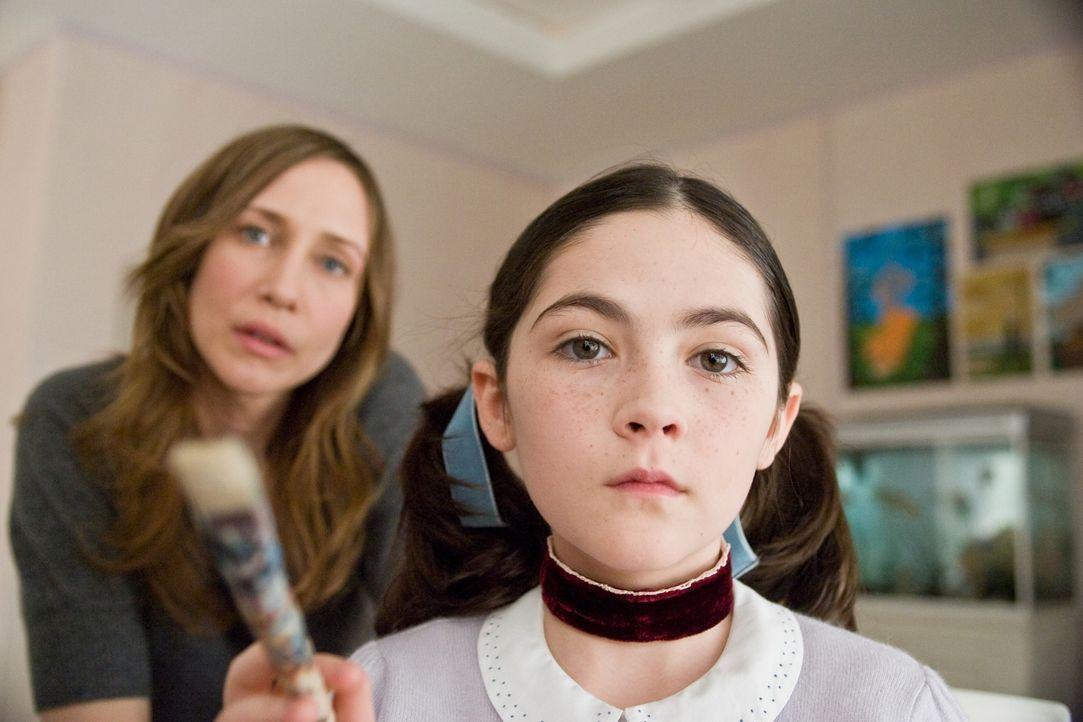 Alle halten sie für paranoid, doch Kate (Vera Farmiga, l.) befürchtet, dass das Böse in ihrer Familie Einzug gehalten hat, als sie Esther (Isabelle... - Bildquelle: Kinowelt