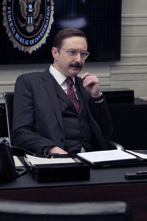 In knallharten Verhören bringt Revisionsleiter Thomas Fischer (John Hodgman) die Agenten ordentlich ins Schwitzen, doch bald wird klar, dass er in J... - Bildquelle: Warner Brothers