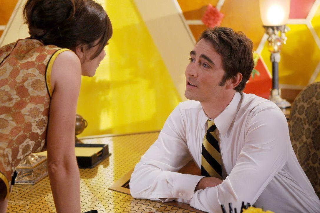 Chuck (Anna Friel, l.) und Ned (Lee Pace, r.) suchen nach dem Grund, warum Kentucky Fitz sterben musste ... - Bildquelle: Warner Brothers